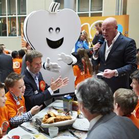 Kinderen en Kamerleden ontbijten samen op Binnenhof