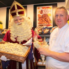 Zwarte Piet strooit witte pepernoten!
