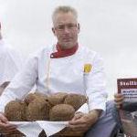 De drie bakkers uit Den Helder maken samen Stellingbroodje