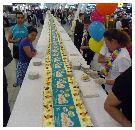 Schiphol viert einde vliegtax met 200 meter taart