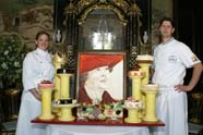 Patissiers overhandigen taart aan Koningin Beatrix