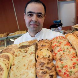 Multicultureel en multifunctioneel: Voordeelbakker in Den Haag bedient iedereen