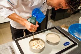 Stap voor stap: Bart-Jeroen van Overveld maakt abrikozen-crèmetaartje