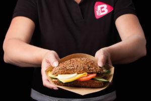 Jubilerend Bakker Bart trakteert klanten op een gratis ontbijt