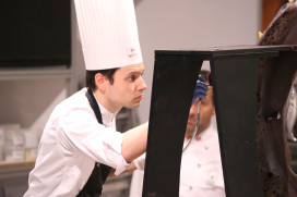 Finalist Ramon Huigsloot naast erepodium World Chocolate Masters