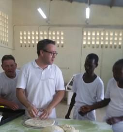 Nederlandse bakkers leiden Burundese jongeren op