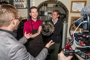 Hoofdredacteur Thijs Jacobs (l) van Lunchroom reikt de schaal uit aan George Walta (r) van 't Hof van Eten. Foto: Bob van Deurzen Photography