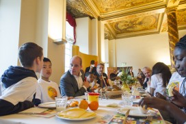Kinderen ontbijten met Kamerleden en Voorzitter in Eerste Kamer
