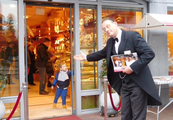 Alphons de butler heet klanten van banketbakkerij mekking hartelijk welkom e1455093759265 560x390