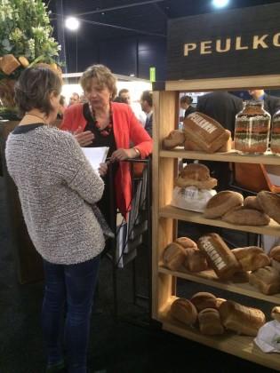 Redacteur bak in gesprek met helma verkerk van ab mauri. presenteert peulkorn nieuw brood op basis van peulen op de beurs. 315x420