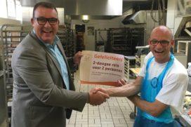 Prijs Nationale BakkersQuiz voor Jan Bijlsma (Bakkerij Elsinga)