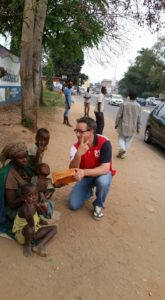 Ook brood voor deze arme vrouw. Ze vertelde dat ze niets heeft geen huis niks en altijd moet bedelen voor haar dagelijks eten. Wat wordt je dan klein