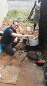 ff eten koken voor de jongens in de bakkerij maïs met bonen Gewoon ff achter de houtoven