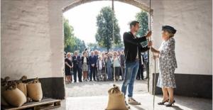 Prinses Beatrix verricht de openingshandeling van de gerenoveerde molen. Foto: Molen de Hoop