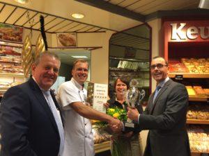 Hans en Marina Keurhorst nemen de derde prijs in ontvangst.