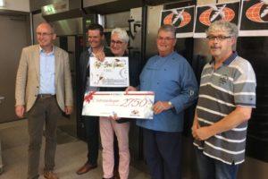 Oud-docent Jansen schenkt Bake for Life dik 3600 euro