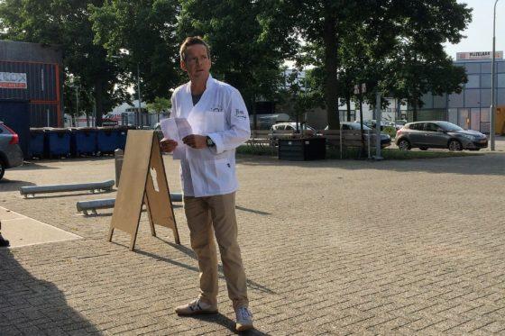 Eigenaar Jos Huijbregts leidt geregeld groepen rond, waarbij ook vertelt over duurzaam ondernemen. Links achterin zijn containers te zien, waarin het restbrood wordt opgeslagen.  Foto: VMN
