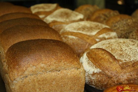 Met lokale granen, zonder verbetermiddelen, is ook heel prima busbrood te maken, laat Hans Som zien.  Foto: AMR