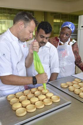 Tinesh Sivalingam (midden) uit Sri Lanka wil zijn bedrijf verder uitbreiden met ijs en chocolaterie. Daartoe volgde hij na afloop van de vierdaagse training Bread & Pastry nog twee dagen individuele begeleiding bij het Bakery Institute.