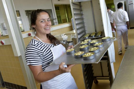Gabriela Ptak uit Argentinië woont inmiddels in Amsterdam. Zij volgt de opleiding om  mogelijk aan het werk te gaan doen in de bakkerijsector.