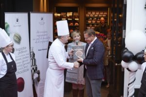 Boek Haute Pâtisserie bij Patisserie de Rouw uitgereikt aan Albert Verlinde