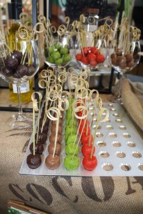 Chocolatier Urban Cacao uit Amsterdam maakte voor Vipam diverse bonbons en chocoladelolly's.