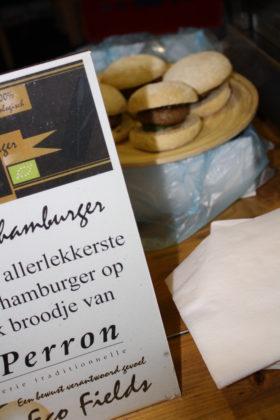 Premium kalfsvleesburgers van Eco Fields worden geservereerd op een krokante hamburgerbun van Le Perron.