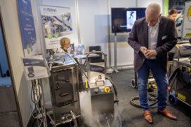 Droogijsreiniging maakt apparatuur vrij van (meel)stof