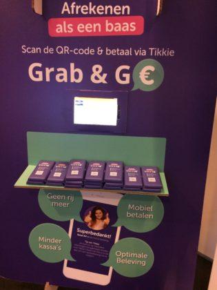 De QR-code leek op sterven na dood, maar is onmisbaar aan het worden voor de digitale consument. Hier een voorbeeld van de betaalapp Tikkie die met behulp van de QR-code impulsaankopen zoals chocoladerepen mogelijk maakt.  Foto's: AMR
